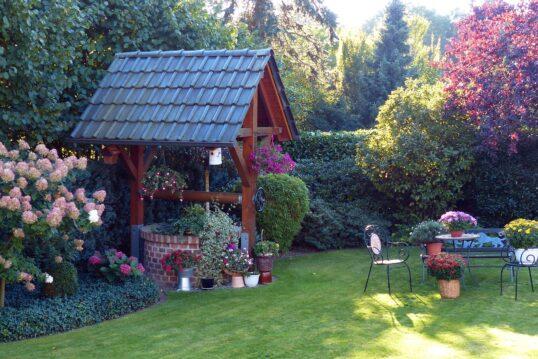 Garten Idee – Idyllischer kleiner Garten mit schön gestalteten Brunnen mit Da...