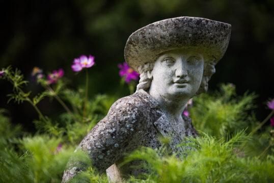 Gartengestaltung mit Skulptur zwischen Pflanzen – Französische Skulptur eines...