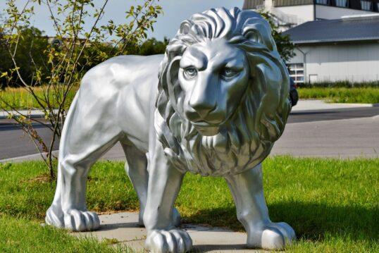 Gartendeko Idee – Moderne verchromte Löwenskulptur als Dekoration für den Vorgarten