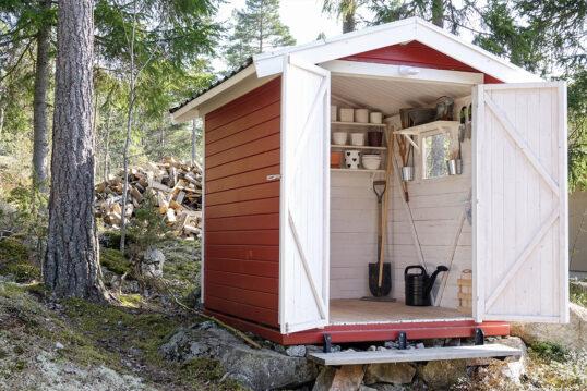 Gartenidee – Kleines skandinavisches Gartenhaus für Gartenutensilien als Gest...