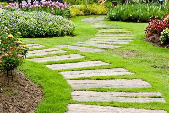 Schöner Schrebergarten mit vielen Blumen & außergewöhnlich gestalteten Gartenw...