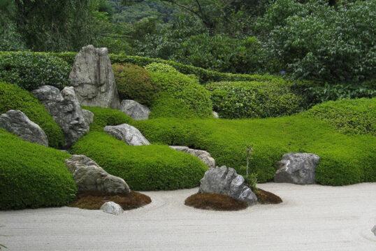 Asiatische Gartenidee – Harmonischer Zen-Garten aus Steinen  Kiesbett und gep...