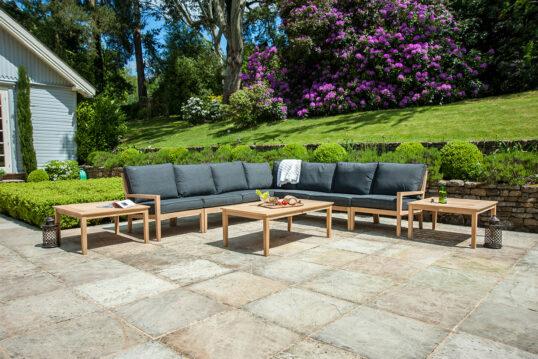 Terrasse Idee – Gepflegte Terrasse mit moderner Sitzecke und sorgfältig getri...
