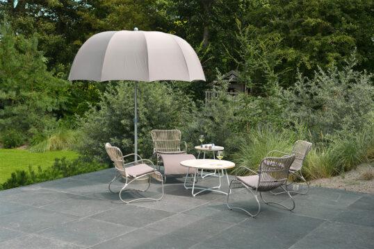 Gartenidee – Beispiel einer modernen englischen Terrasse mit gemütlichen Korb...