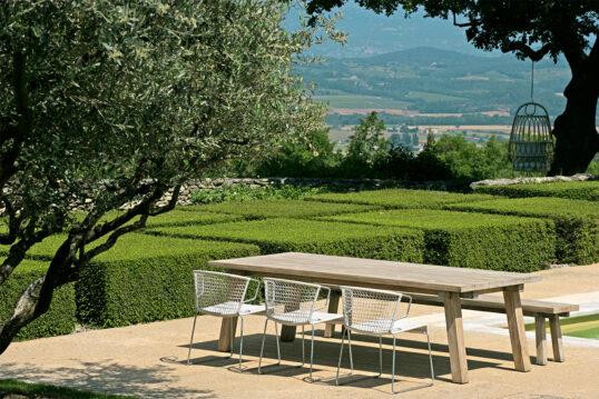 Stilmix – Sitzgruppe aus rustikaler Bank-Tisch-Kombination mit modernen Stühl...