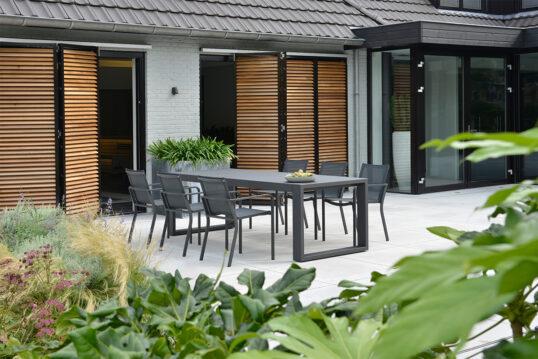 Gartenidee für die Terrasse – Klare Linie mit einer modernen Sitzgruppe auf g...