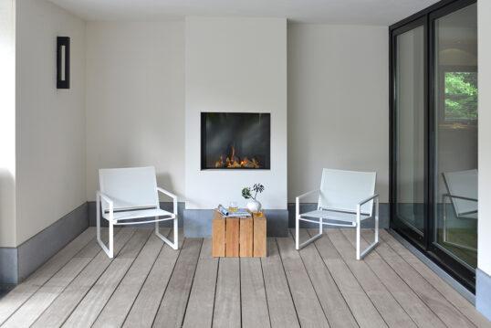 Terrassen Idee im minimalistischen Stil – zwei helle Stühle mit Holztisch als...