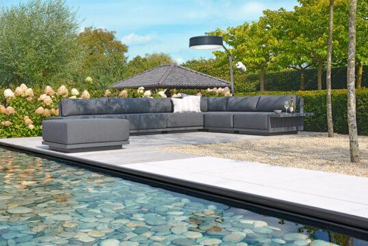 Elegante Terrassengestaltung im modernen Stil – mit großer gepolsteter Sitzec...