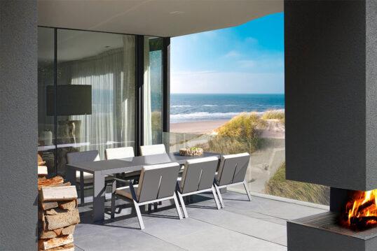 Garteninspiration – Moderne Terrasse mit Überdachung und Gartenkamin für das ...