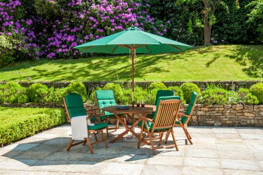 Wunderschöne Terrasse mit diversen Hecken  kleiner Gartenmauer und gepolsterter Sit...