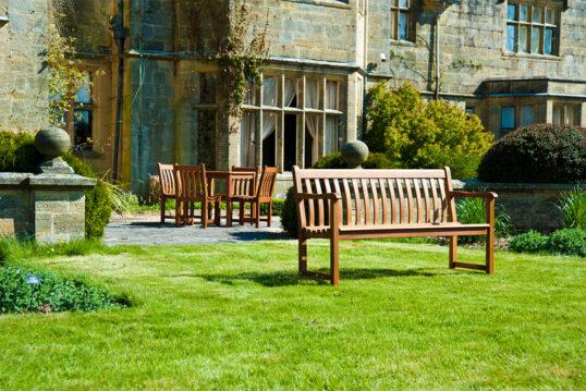 Idee für einen großen Garten – Englisches Anwesen mit stilgerechten Hof mit g...