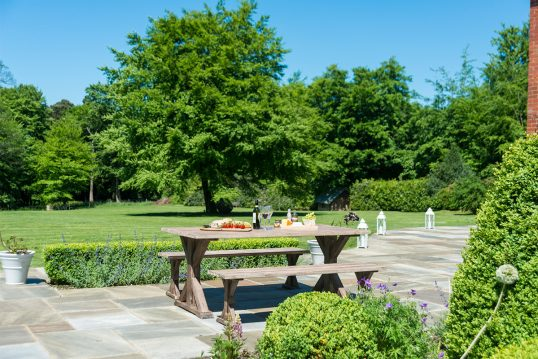Idee für einen großen Garten – Beispiel mit Landhaus Sitzgruppe aus robustem ...