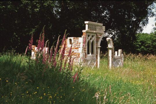 Gartengestaltung im romantischen Englischen Stil mit einer kleinen Gartenruine auf ...