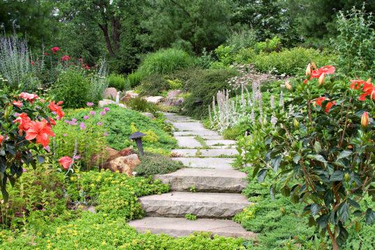 Gartenidee – Staudengarten mit Gartenweg aus großen Natursteinplatten und Weg...