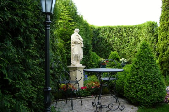 Garteninspiration im romantischen modernen Stil – Sitzecke mit Gartentisch &#...