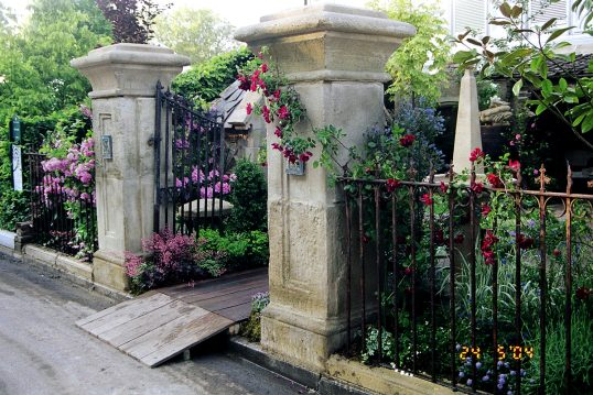 Idee für den Hauseingang mit bepflanzten Vorgarten – Gartentor mit großen Ste...