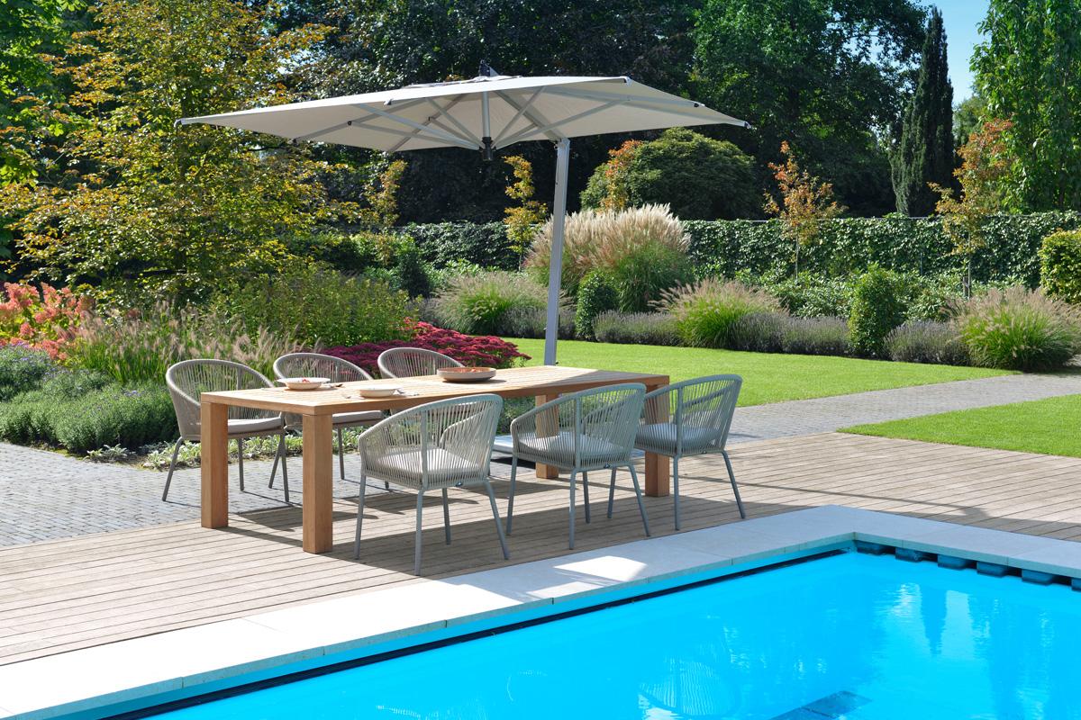 Moderne Gartengestaltung mit Pool und Sitzgruppe