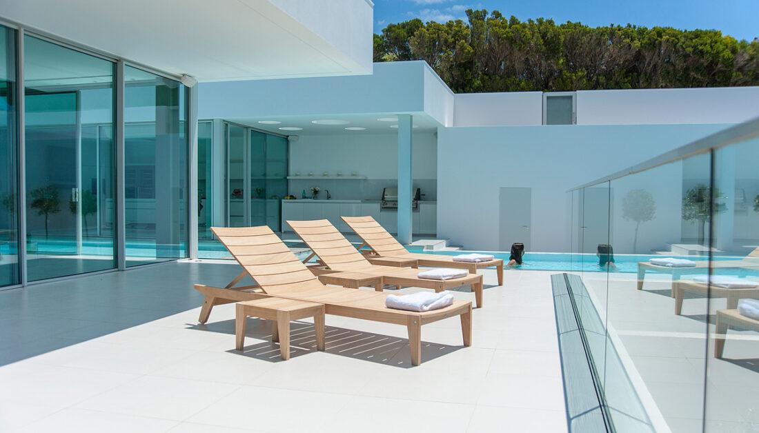 Teakholz-Gartenmöbel – Infos zum richtigen Reinigen & Pflegen