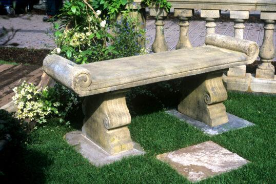 Garteninspiration mit einer Steinbank im Garten an einer Gartenmauer mit Säulen &#...