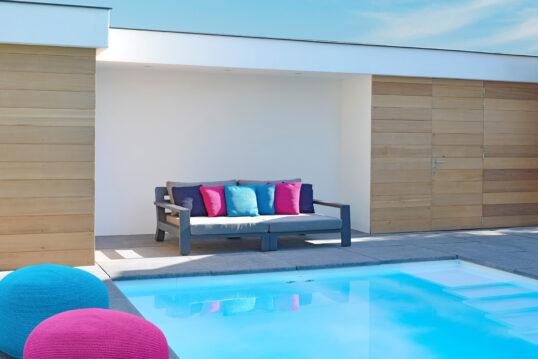 Gartenidee – Terrasse am Pool mit modernen Loungesofa & Outdoor Sitzsäcken – hohe S...