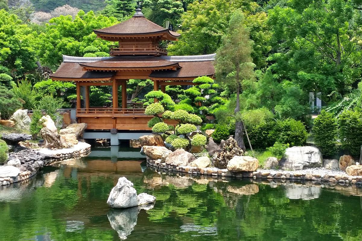 Asiatische Gartengestaltung mit großem Teich