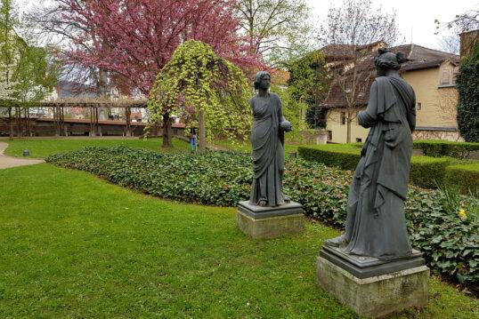 Idee für einen großen Garten mit zwei Skulpturen aus Stein – Frommanscher Gar...