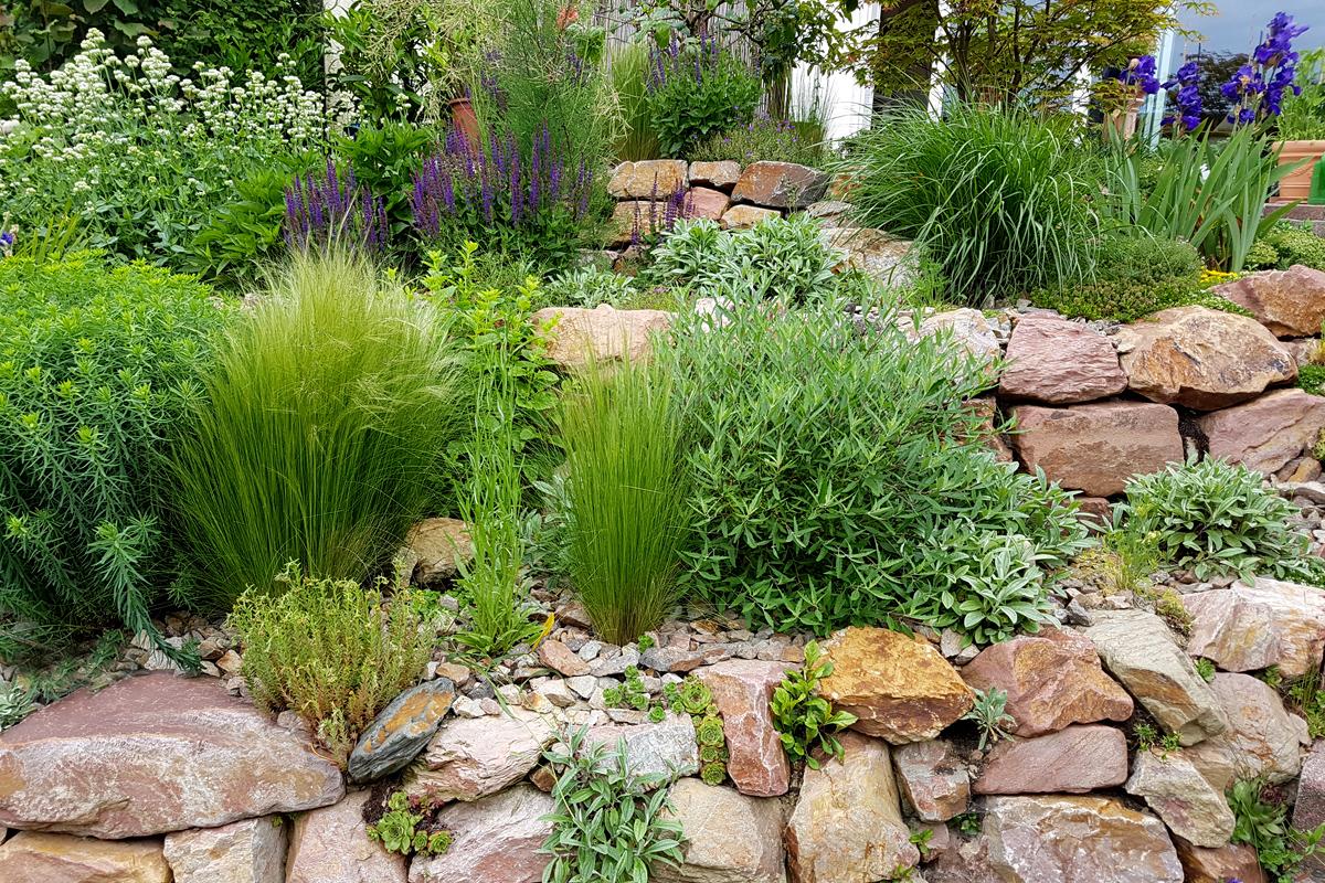 Die Gartengestaltung mit Bruchsteinen sorgt für eine möglichst naturbelassene Steinkonstruktion im Garten.