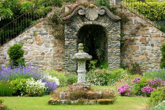 Gartenidee Beispiel im barocken Stil – Große Gartenruine mit Verzierungen ...