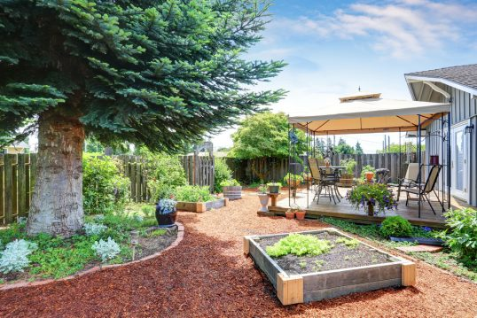 Pflegeleichte Gartengestaltung mit einem Weg aus Rindenmulch & Hochbeeten R...