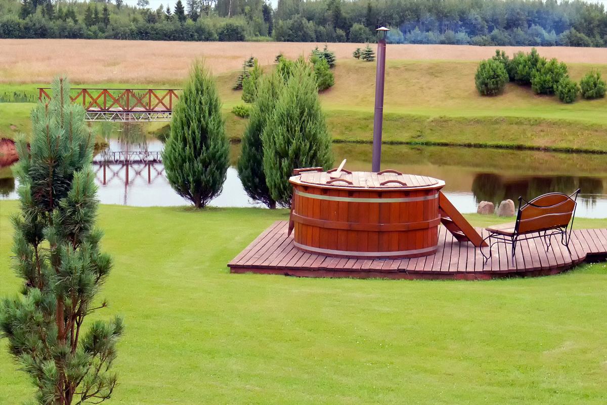 Gartenidee mit Pool auf der Terrasse Holzbank & Großer