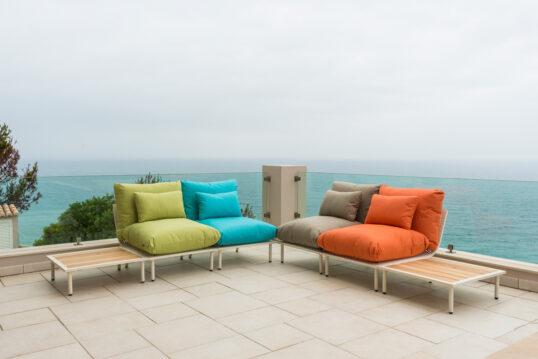 Beispiel für die Balkon- oder Terrassengestaltung mit modernen Sofa aus Holz mit bu...