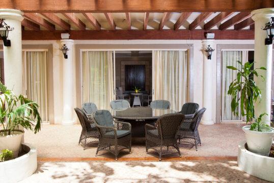 Idee für eine Terrasse im mediterranen Stil – Beispiel mit großen runden Tisc...
