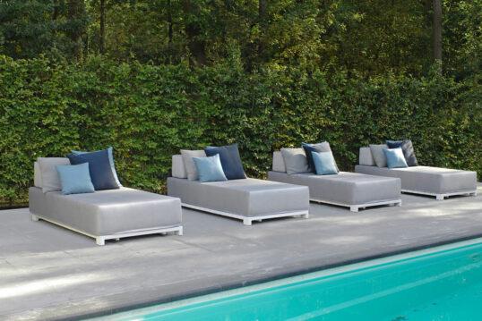 Gartenidee für gemütliche Stunden am Pool – Beispiel mit modernen Liegen vor ...