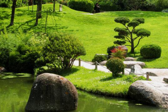 Gepflegter Park im Asiatischen Stil – Idee mit kleinem Bachlauf & Parkwe...