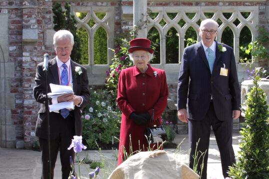 Idee mit einer Gartenruine im gotischen Stil – Queen Elisabeth II. von Englan...