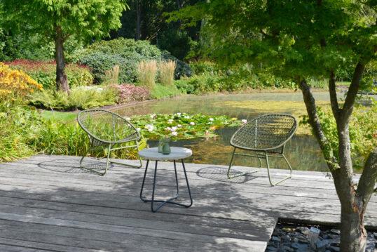 Terrassen Idee – Sitzbereich am Gartenteich mit Korbstühlen & Holzbeiste...