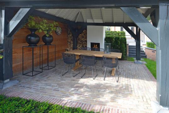 Idee mit moderner Sitzgruppe unter einem Holzpavillon – Beispiel mit Holztisc...