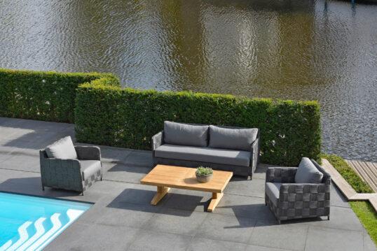 Terrassengestaltung zwischen Pool & See – Beispiel mit einer Loungegrupp...