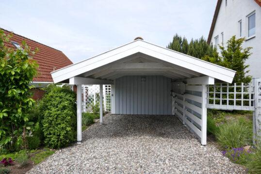 Gartenidee mit Carport aus Holz im Landhausstil weiß & hellblau angestrichen &...