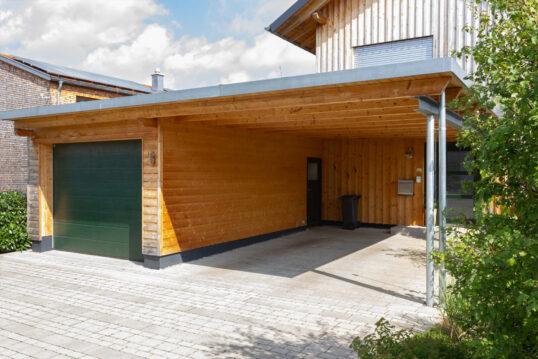 Idee mit Carport aus Holz mit angrenzenden geschlossenen Garagenbereich – Wan...