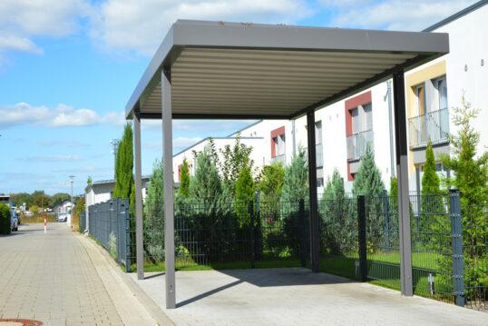Freistehender Carport aus Alu vor dem Gartenzaun aus Metall – Gestaltungsidee...
