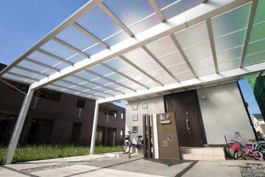 Hauseingang Idee mit modernen Carport aus Alu mit Glasdach – Moderner Briefka...