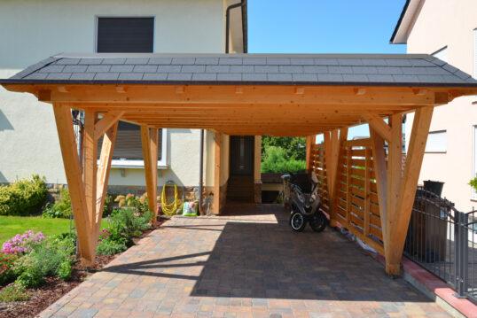 Gestaltungsbeispiel für den Vorgarten mit Holz-Carport direkt vor dem Haus – ...