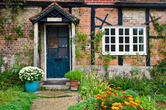 Landhausgarten Hauseingang Idee mit kleinen Vordach – Gestaltungsbeispiel mit...