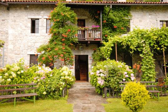 Gestaltungsbeispiel für einen Hauseingang mit Vorgarten eines Landhauses – Ga...