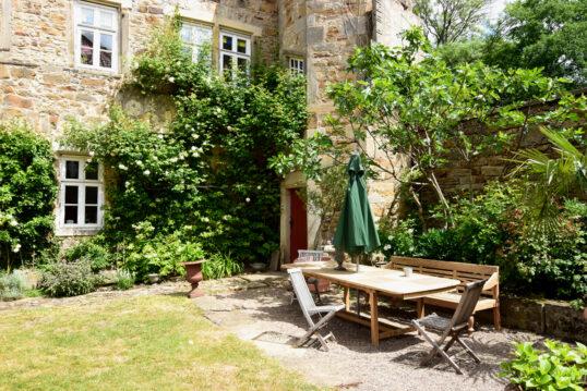 Gartenidee – Hauseingang mit Vorgarten im Landhausstil -Beispiel mit Sitzgrup...