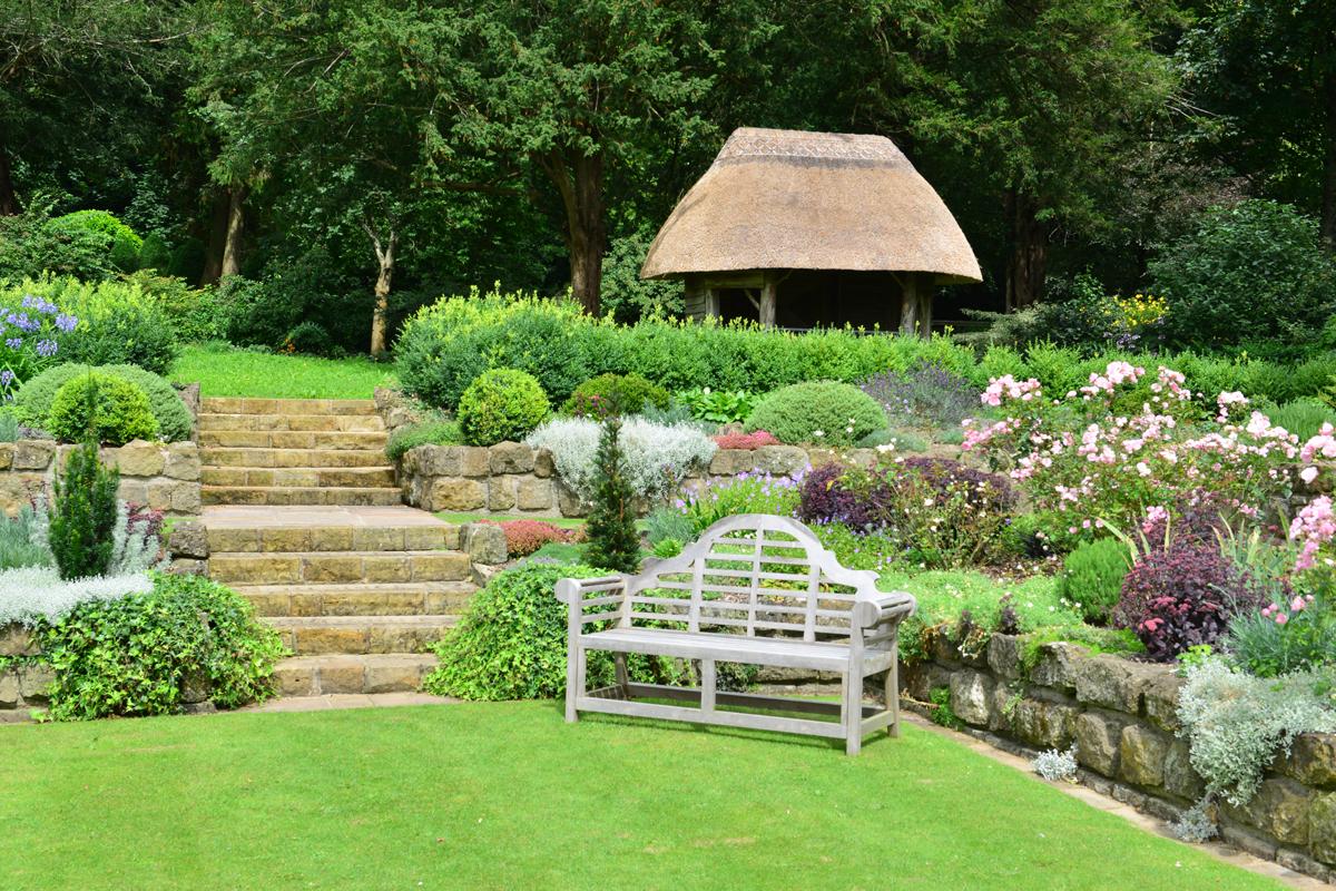 Gestalte die Seiten deines Gartens mit attraktiven Gartenelementen, um den Blick des Betrachters einzufangen.