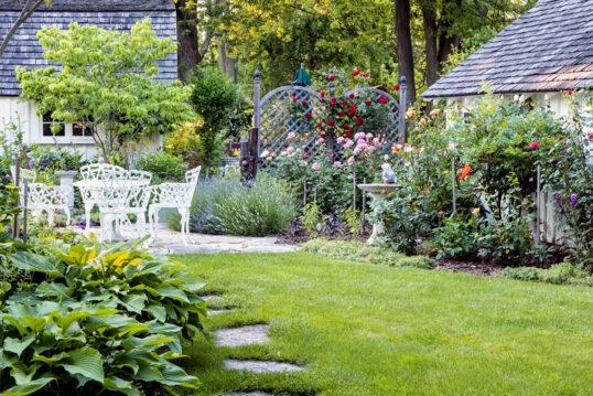 Stilvoller Landhausgarten mit Terrasse & Gartendeko – Gartenidee mit Vog...