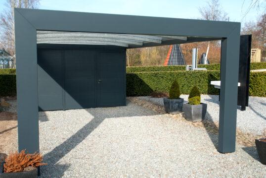 Moderner Alu-Carport mit Geräteschuppen als Gartenidee – Beispiel mit Parkpla...