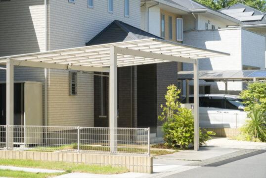 Gartenidee mit modernen Carport in weiß im Vorgarten – Beispiel mit Metallzau...